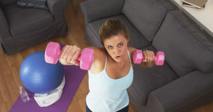 适合的少妇举的重量在家 库存图片
