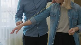 适合的新的礼服男性时装设计师测量的模型 股票视频