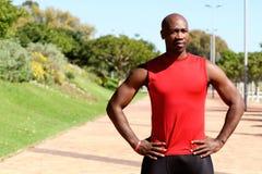 适合的年轻非洲体育在公园供以人员身分 免版税库存图片