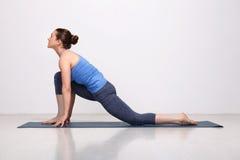适合的yogini妇女实践瑜伽asana 免版税库存图片