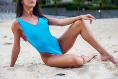 适合苗条女性身体的播种的图象在泳装的在海滩 库存图片