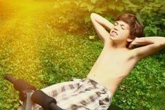 适合青春期前的男孩侧视图做pilates的 库存照片
