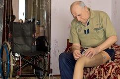 适合他的义肢腿的老人 免版税库存图片