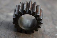 适应在木背景、机器零件或者备件、产业背景、老齿轮或者损坏的齿轮从坚苦工作 库存图片