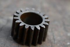 适应在木背景、机器零件或者备件、产业背景、老齿轮或者损坏的齿轮从坚苦工作 图库摄影
