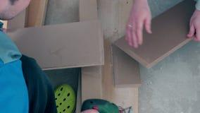 适应层压制品的木台面厚木板的杂物工在地板的适合 影视素材