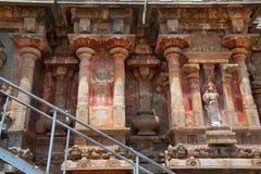 适当位置和kumbhapanjaras,南部的墙壁, Airavatesvara寺庙,达拉苏拉姆,泰米尔纳德邦 从南部的看法 免版税图库摄影