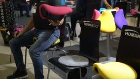适当的姿势的极端时髦的位子和正确坐姿备鞍椅子Humantool 影视素材