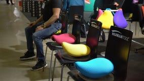 适当的姿势的极端时髦的位子和正确坐姿备鞍椅子Humantool 股票录像