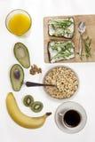 适当的能量的理想的早餐为整天 咖啡用牛奶,橙汁,果子 免版税库存图片