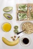 适当的能量的理想的早餐为整天 咖啡用牛奶,橙汁,果子 库存图片