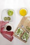 适当的能量的理想的早餐为整天 咖啡用牛奶,橙汁,果子 图库摄影