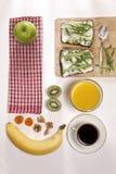 适当的能量的理想的早餐为整天 咖啡用牛奶,橙汁,果子 免版税图库摄影