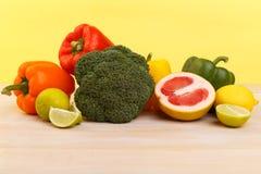 适当的营养、水果和蔬菜 柠檬、葡萄柚、石灰、硬花甘蓝和胡椒 免版税库存照片