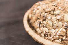 适当的营养的自创健身曲奇饼与在一个柳条筐的谷物和向日葵种子谎言 免版税库存照片