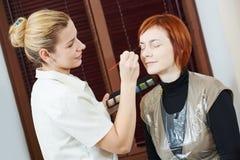 适用于染睫毛油的构成专家在美容院的妇女睫毛 库存照片