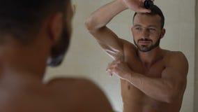 适用于止汗药的强壮男子的人腋窝,准备对在健身房的锻炼 影视素材