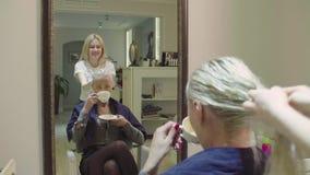 适用于称呼胶凝体客户的头发的发式专家 股票录像