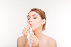 适用于纸巾的逗人喜爱的可爱的少妇她的嘴唇 免版税库存照片