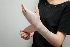适用于绷带的妇女腕子 库存图片