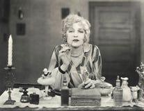 适用于香水的妇女她的嘴唇 免版税库存图片
