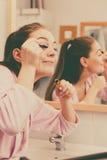 适用于黑眼睛染睫毛油的妇女她的睫毛 库存图片