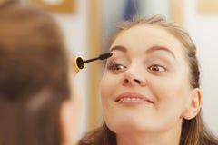 适用于黑眼睛染睫毛油的妇女她的睫毛 免版税库存照片