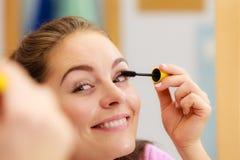 适用于黑眼睛染睫毛油的妇女她的睫毛 库存照片