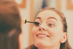 适用于黑眼睛染睫毛油的妇女她的睫毛 免版税图库摄影