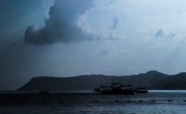 逃出克隆岛卡斯特洛里佐岛(megisti)有渔船的 免版税库存照片