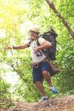 逃脱从某事的害怕的资深游人在森林地 免版税库存图片