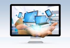 逃脱从计算机的商人在他的ha拿着技术设备 免版税库存图片