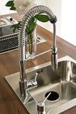 逆厨房现代水槽 免版税库存照片