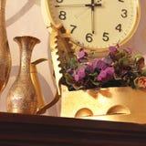 逆旋风 老铁、水罐和花瓶 老事情 免版税库存图片