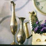逆旋风 老铁、水罐和花瓶 老事情 免版税库存照片