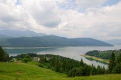逆流比卡兹水坝的看法, Ruginesti村庄 图库摄影