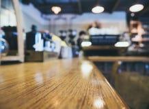 逆酒吧表有侍酒者餐馆背景 库存照片
