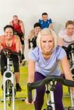 选件类喜欢空转妇女锻炼年轻人 免版税库存图片
