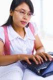 选件类女性膝上型计算机学者键入 免版税库存照片