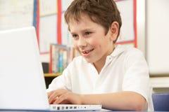 选件类计算机男小学生使用 库存图片