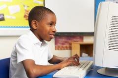 选件类计算机男小学生使用 图库摄影