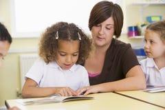 选件类读取他们学童的教师 图库摄影