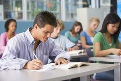 选件类高中男小学生 免版税库存照片