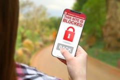 选址封锁的想法,有frameless电话的女孩在被弄脏的自然背景 免版税库存图片