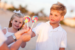 选姐妹的兄弟逗人喜爱的棒棒糖 免版税库存照片
