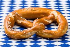 选拔与德国旗子的巴法力亚椒盐脆饼在蓝色和白色菱形餐巾 库存图片