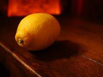 选拔在一张土气木桌上的大柠檬 库存照片