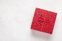 选拔有心脏的红色礼物盒在白色背景 与拷贝空间的顶视图 免版税图库摄影