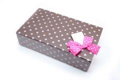 选拔有礼物和桃红色弓的棕色箱子 库存照片