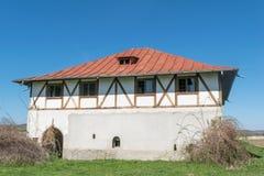 选拔有intersting的木豆墙壁和小山的简单的房子在背景中 库存照片